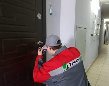 Мастер вскрывает дверной замок в Домодедово