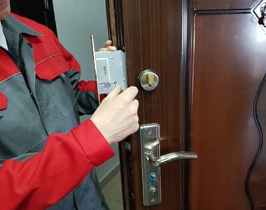 Мастер меняет дверной замок в Домодедово
